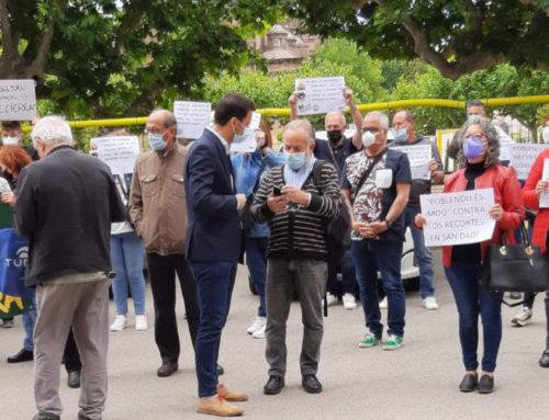 Veïnes i veïns del barri del Poblenou de Sabadell es concentren al Parlament per exigir la reobertura del CAP