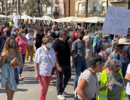 Un miler de persones surten a la Rambla de Badalona per a rebutjar el projecte d'instal·lar plaques acústiques